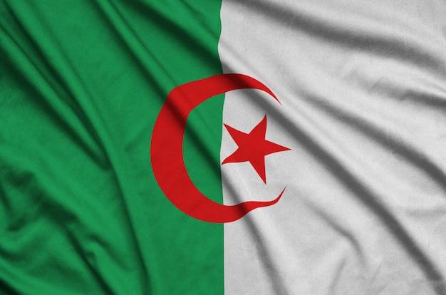 Drapeau algérien avec beaucoup de plis.