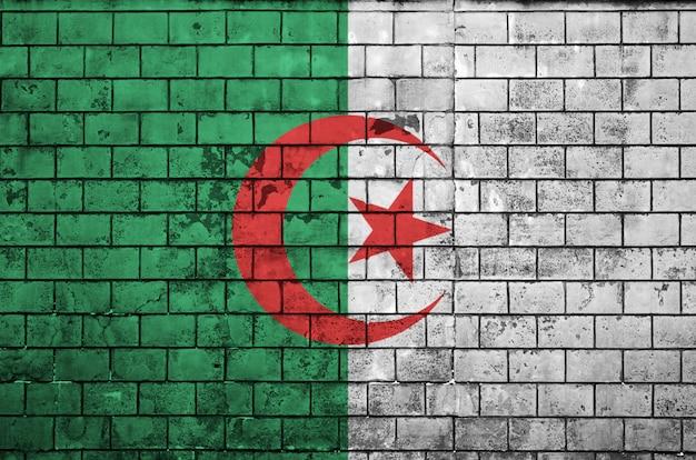 Le drapeau algérien est peint sur un vieux mur de briques