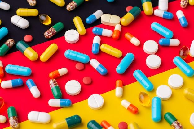 Drapeau de l'allemagne comme pilules colorées et capsules de différentes formes