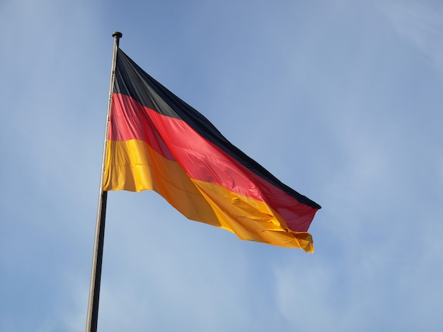 Drapeau allemand sur ciel bleu