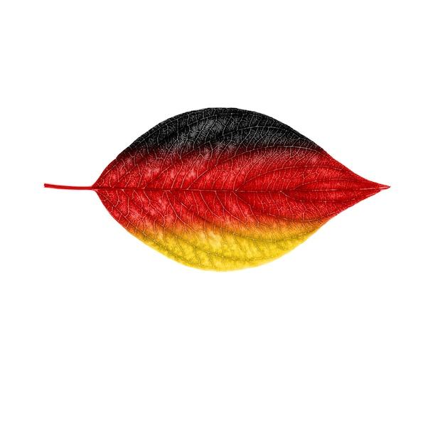 Drapeau allemand sur une feuille isolée sur fond blanc