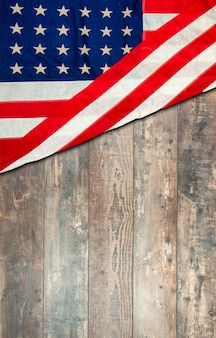 Drapeau américain allongé sur une surface en bois rustique vieilli, patiné