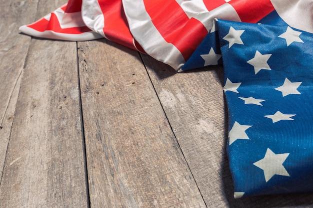 Un drapeau américain allongé sur un vieux bois rustique