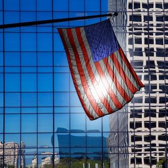 Drapeau américain américain sur les bâtiments bleus modernes de los angeles