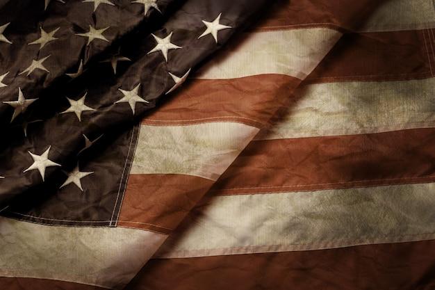 Drapeau américain ancien et froissé. drapeau âgé des états-unis. le temps ne s'arrête pas. le passé ne brouillera pas le chemin.