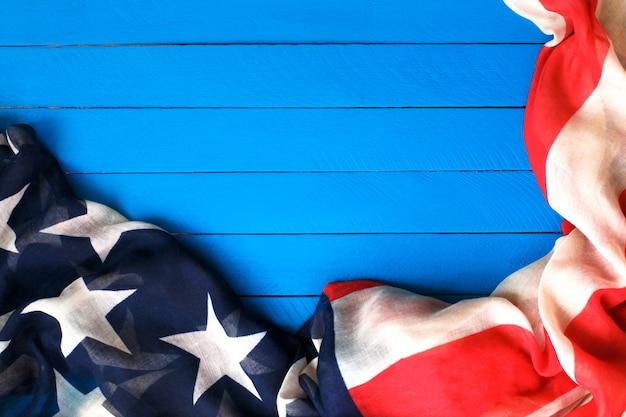 Drapeau américain sur le bois bleu. le drapeau des états-unis d'amérique.