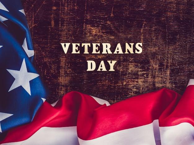 Drapeau américain à côté du texte de la journée des anciens combattants