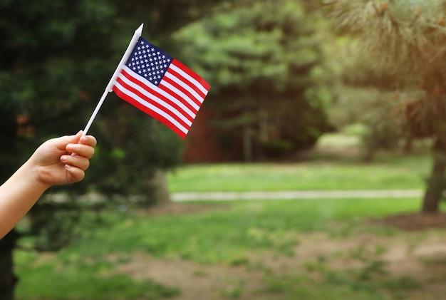 Avec, drapeau américain, dans, elle, main, jour indépendance, concept jour drapeau