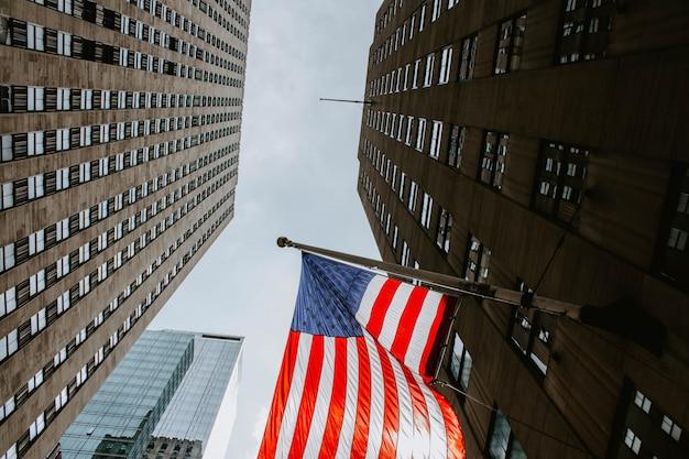 Drapeau américain dans un immeuble