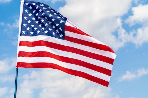 Drapeau américain dans le vent contre le ciel bleu