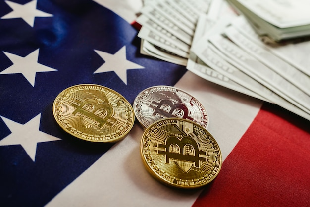 Drapeau américain et deux vraies pièces bitcoin, nouvelle économie sur internet.