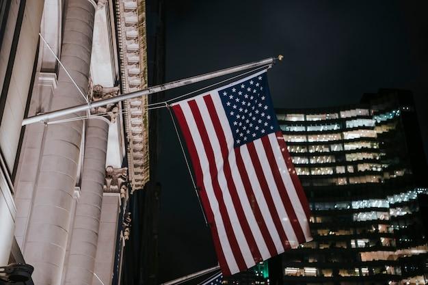 Drapeau américain devant un bâtiment la nuit