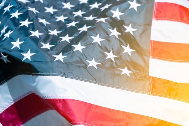 Drapeau américain avec effet de lumière du soleil. fond. notion de jour de l'indépendance.