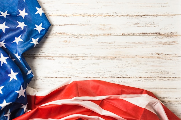 Drapeau américain avec des étoiles et des rayures sur le bureau de la planche blanche