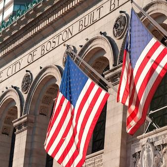 Le drapeau américain à l'extérieur d'un bâtiment à boston, massachusetts, usa