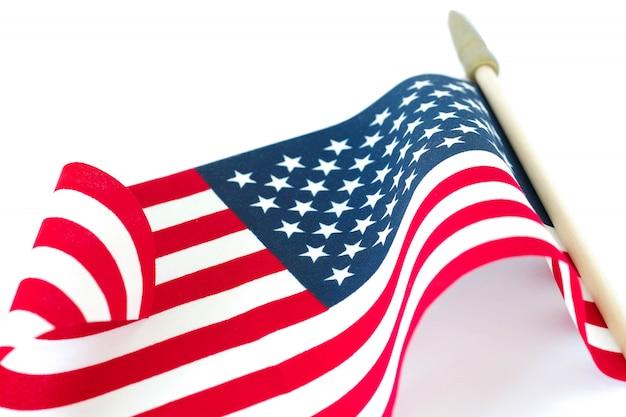 Drapeau américain sur fond blanc. memorial day ou concept du 4 juillet.