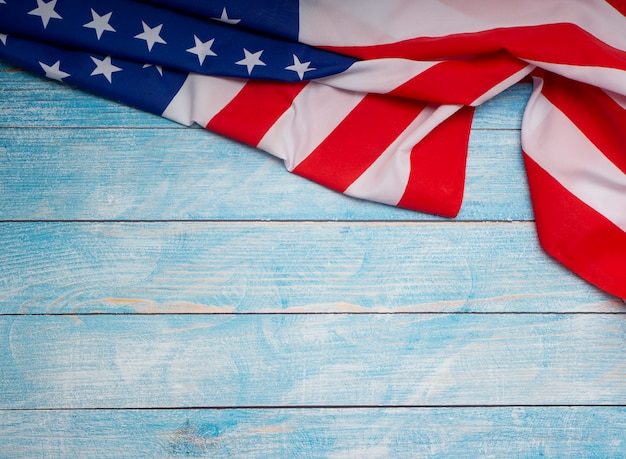 Drapeau américain sur fond en bois bleu