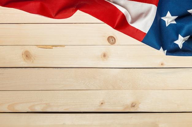 Drapeau américain sur fond en bois