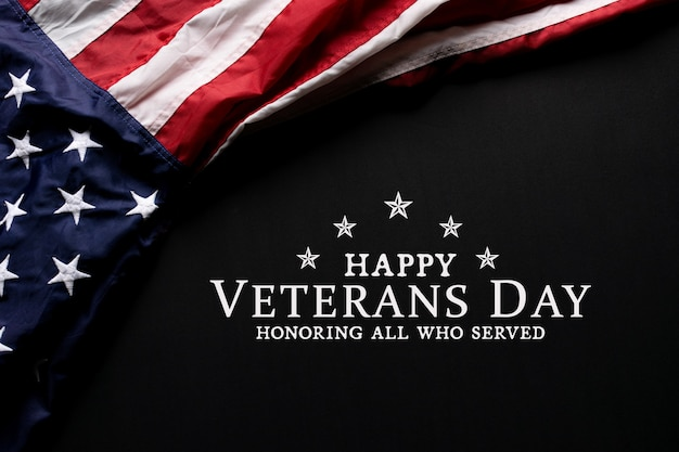 Drapeau américain sur fond noir avec texte happy veterans day.