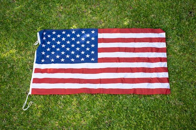 Drapeau américain sur l'herbe