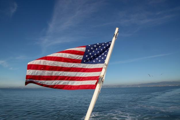 Drapeau américain sur la mer à san francisco