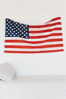 Drapeau américain sur le mur