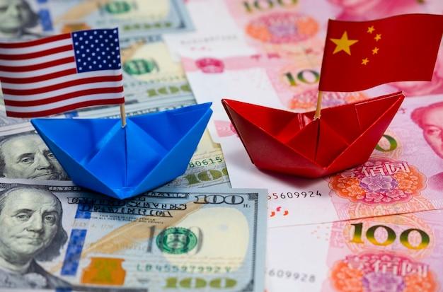 Drapeau américain sur le navire bleu et drapeau de la chine sur le navire rouge avec un fond blanc du commerce de guerre