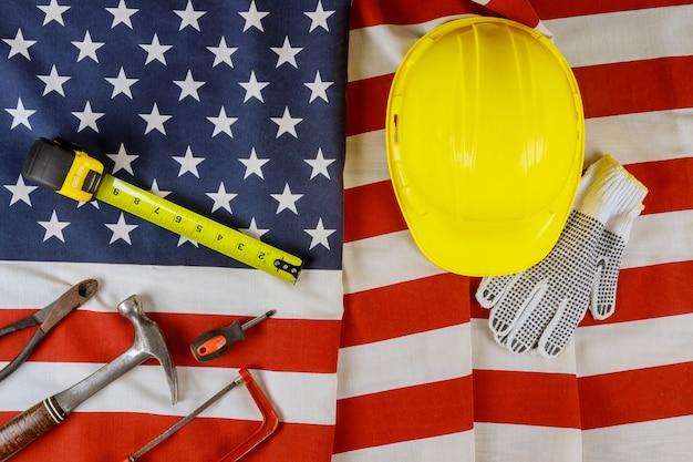 Drapeau américain patriotique avec des étoiles et des rayures dans la fête du travail différents outils ruban à mesurer sur drapeau usa