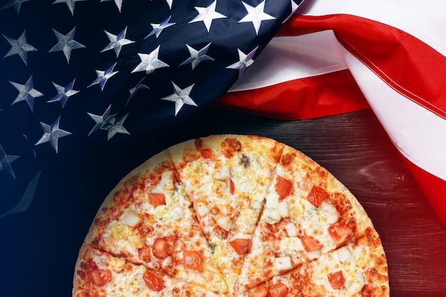 Drapeau américain et pizza avec place pour le texte