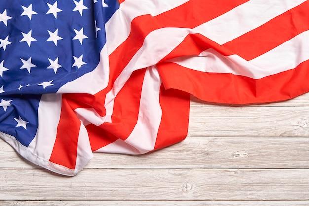 Drapeau américain sur plancher en bois