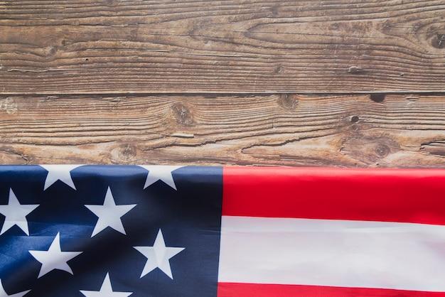 Drapeau américain plié sur le bois