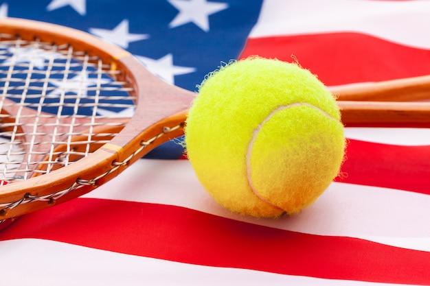 Drapeau américain avec des raquettes de tennis.