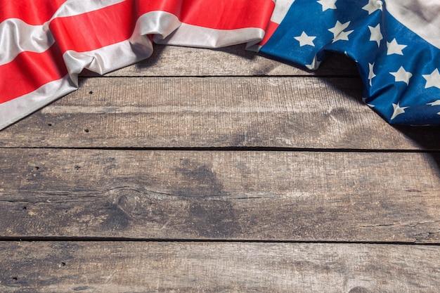 Un drapeau américain se trouvant sur un fond en bois rustique âgé, patiné