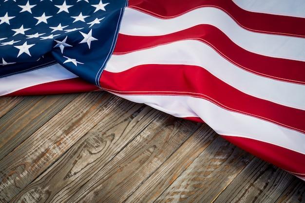 Drapeau américain sur une table en bois foncé