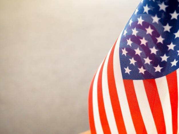 Drapeau américain sur la table, partie surexposée et floue, indépendance de l'amérique, grande puissance usa