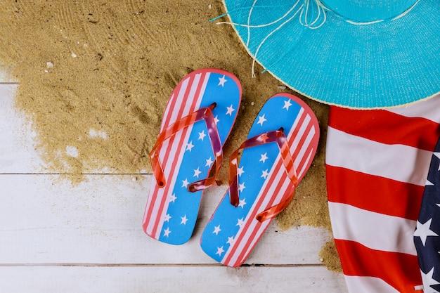 Drapeau américain vacances d'été avec accessoires sur fond de bois tongs