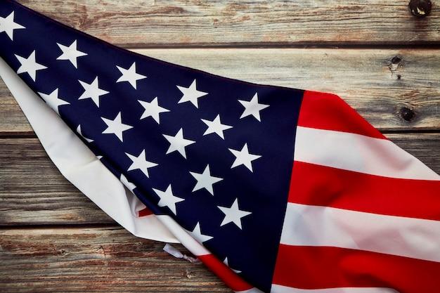 Drapeau américain sur une vieille planche de bois rustique
