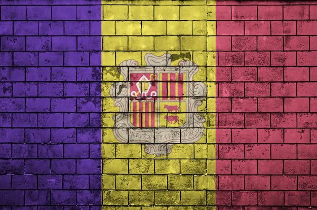 Le drapeau d'andorre est peint sur un vieux mur de briques