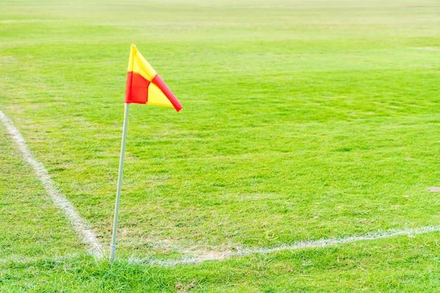 Drapeau d'angle dans le terrain de football vert