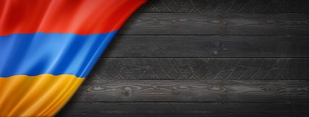 Drapeau de l'arménie sur mur en bois noir
