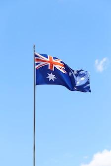 Drapeau australien battant sur un mât.