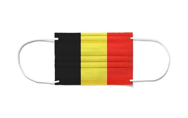 Drapeau de la belgique sur un masque chirurgical jetable. fond blanc isolé