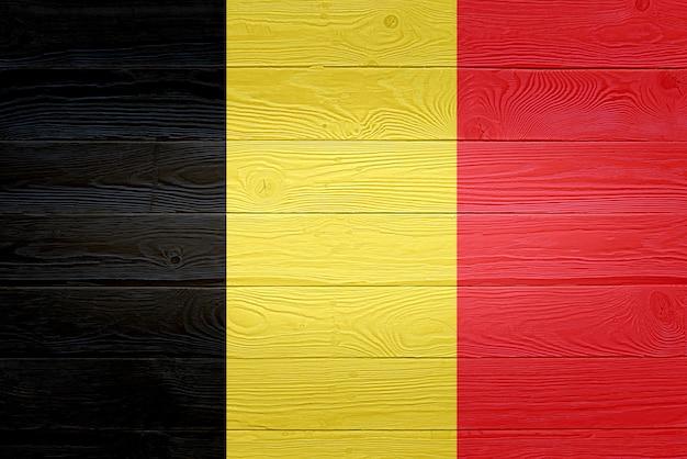 Drapeau belgique peint sur fond de planche de bois ancien