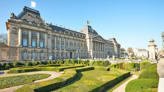 Drapeau blanc flottant sur le toit du palais royal pendant la période de confinement.
