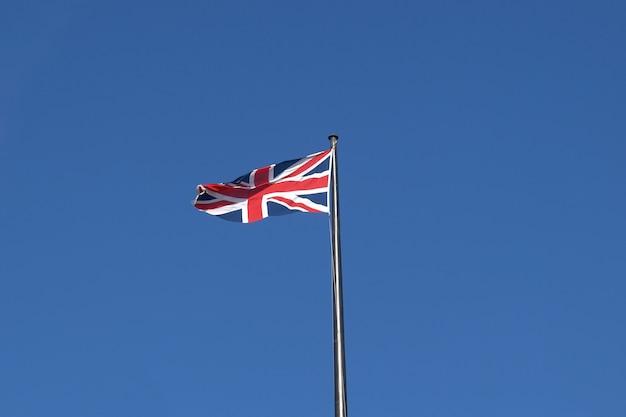 Drapeau britannique sur ciel bleu