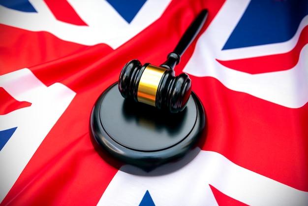 Drapeau britannique et juges marteau en bois