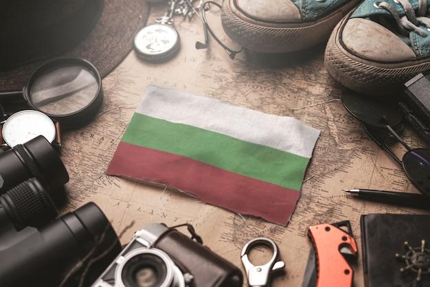 Drapeau de la bulgarie entre les accessoires du voyageur sur l'ancienne carte vintage. concept de destination touristique.