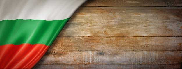 Drapeau de la bulgarie sur mur en bois vintage