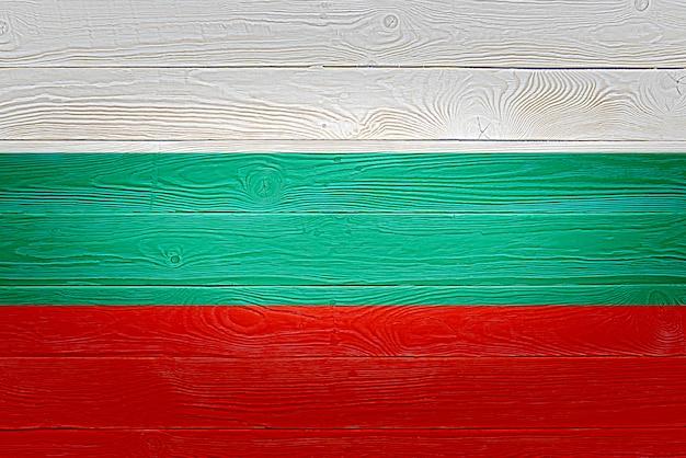 Drapeau de la bulgarie peint sur fond de planche de bois ancien