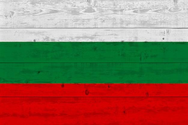 Drapeau de la bulgarie peint sur une vieille planche de bois